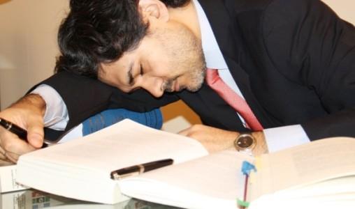 Офисный сотрудник спит