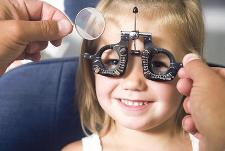 Ребенку измеряют зрение
