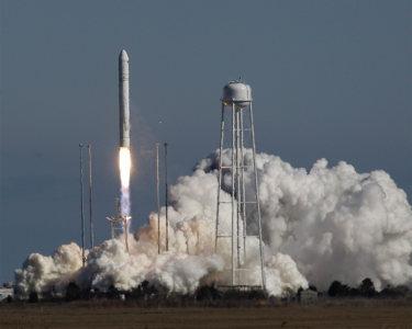 Запуск ракеты Antares накаляет гонку космических технологий