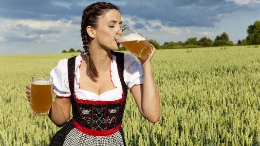 Девушка пьёт пиво