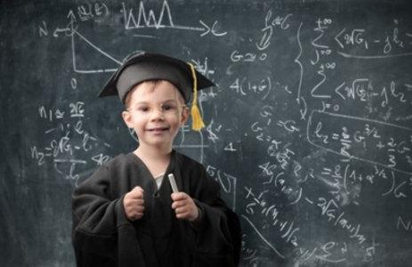 Ребенок показывает прогресс обучения математике